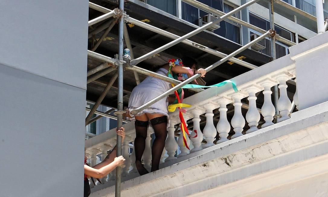 Elas chegaram à varanda do hotel com a ajuda de um andaime Guilherme Pinto / Extra