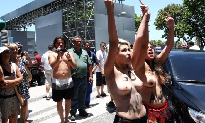 As duas em protesto em frente ao hotel Guilherme Pinto / Extra