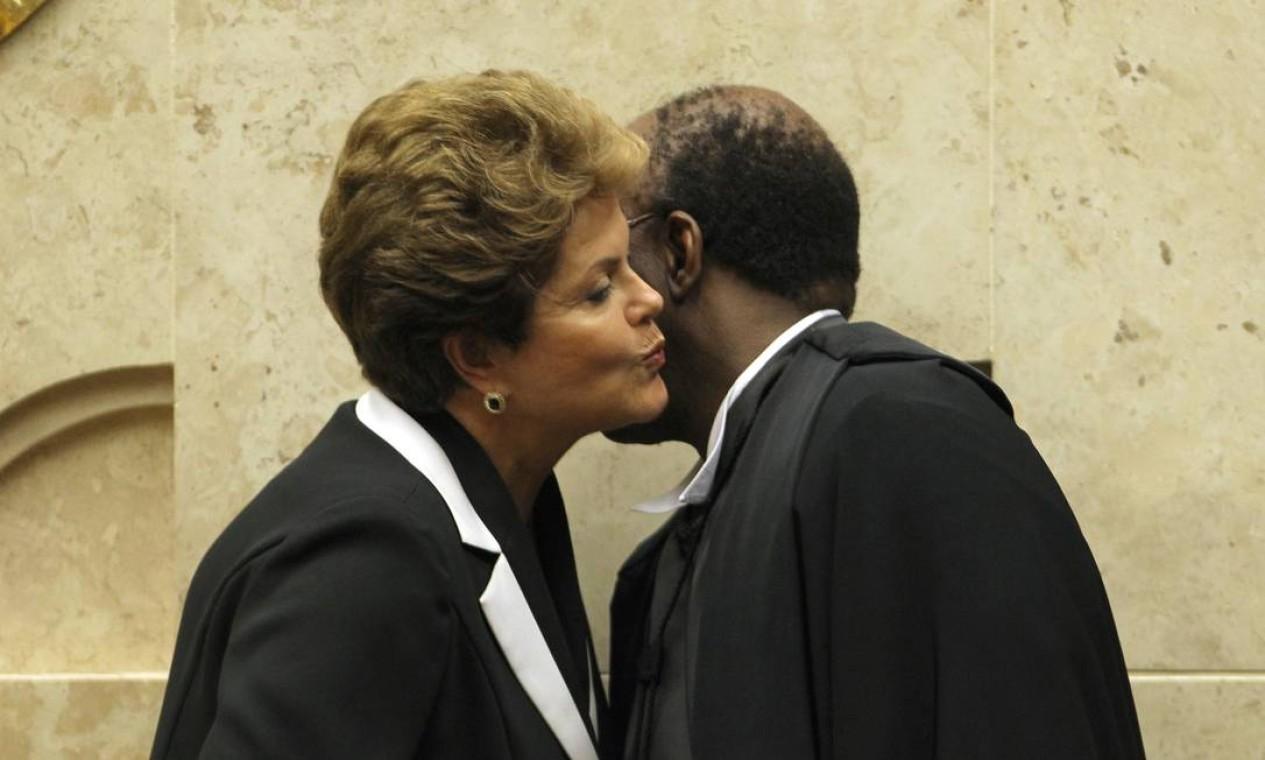 A presidente Dilma beija o novo presidente do STF, ministro Joaquim Barbosa, durante solenidade de posse Foto: O Globo / Gustavo Miranda
