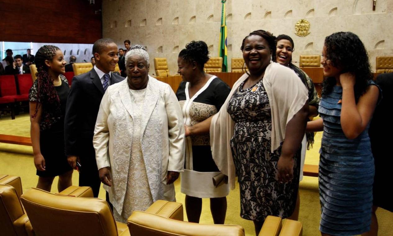 Dona Benedita Santos, mãe do novo presidente do STF Joaquim Barbosa e seus familiares, durante a posse do filho Foto: O Globo / Gustavo Miranda
