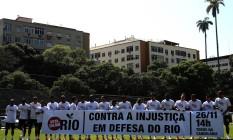 Jogadores do Fluminense exibem faixa em protesto contra projeto dos royalties durante treino nesta tarde nas Laranjeiras Foto: Nelson Perez / Agência O Globo
