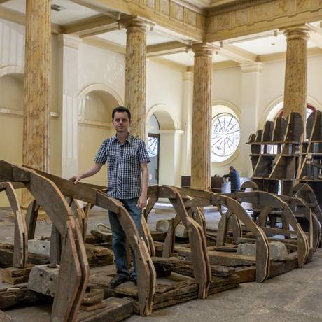 O artista, que também é paleontólogo, peregrinou pelo Rio recolhendo os diversos materiais usados na obra Foto: Divulgação
