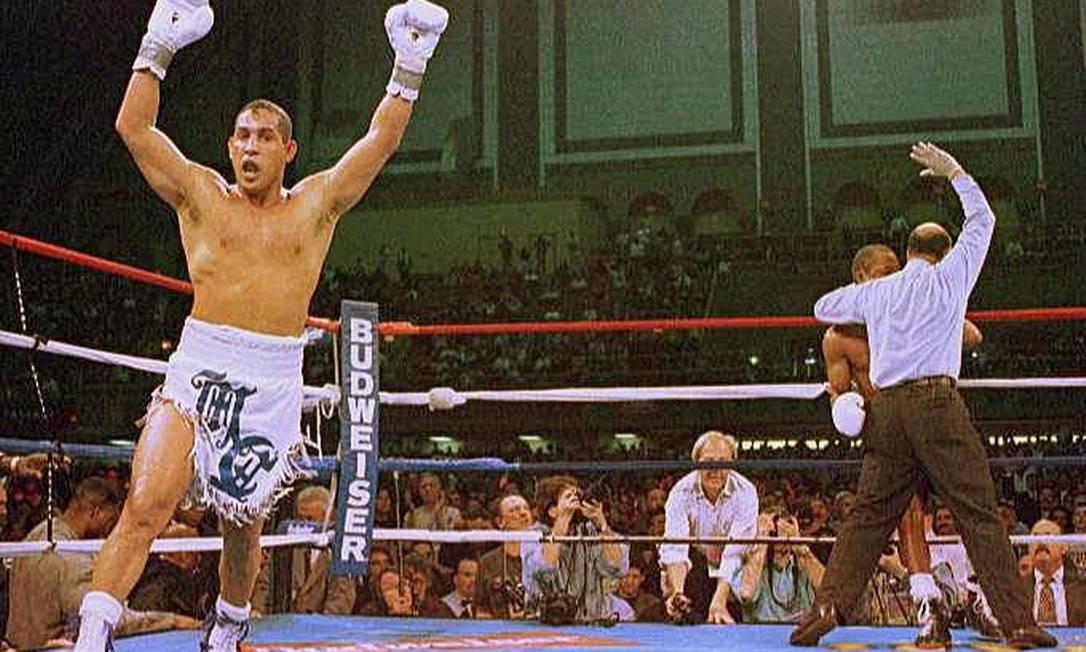 Camacho festeja vitóiria sobre Sugar-Ray Leonard em 1997, um dos seus grandes resultados na carreira Foto: AP