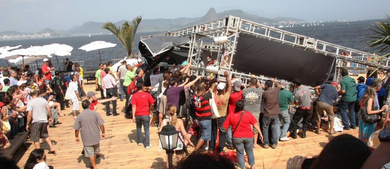 Queda da estrutura de metal na feira causa confusão Foto: Foto do leitor Marcos Estrella