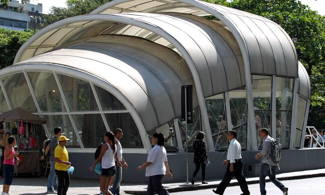 Estação de metrô da praça General Osório, em Ipanema, é uma das mais criticadas por especialistas Foto: Domingos Peixoto / Agência O Globo