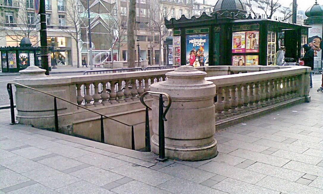 Estação do metrô num estilo clássico na Champs-Élysées, em Paris Foto: Reprodução