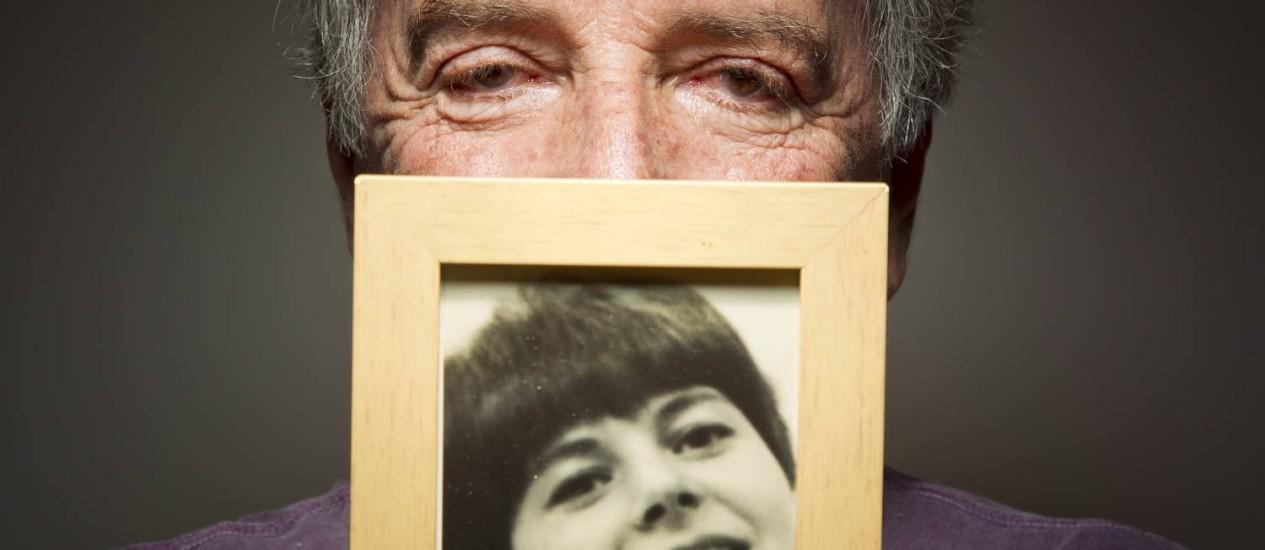 Sylvio Massa e a foto da mulher. No sebo Baratos da Ribeiro, ele reencontrou a dedicatória que escreveu para a falecida esposa em um livro de J.D. Salinger, em 1966 Foto: Leonardo Aversa / Agência O Globo