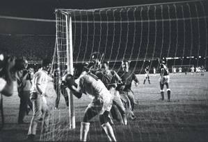 Momento inesquecível. Depois de fazer o milésimo gol, no estádio do Maracanã, Pelé beija a bola Foto: Arquivo/19-11-1969