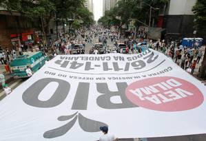 Manifestantes fazem passeata contra redistribuição de royalties na Rio Branco Foto: Gabriel de Paiva / O Globo