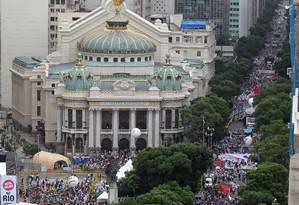 Vista da Praça da Cinelândia e do Teatro Municipal, ponto final da passeata em defesa dos royalties do Rio Foto: Domingos Peixoto / Agência O Globo