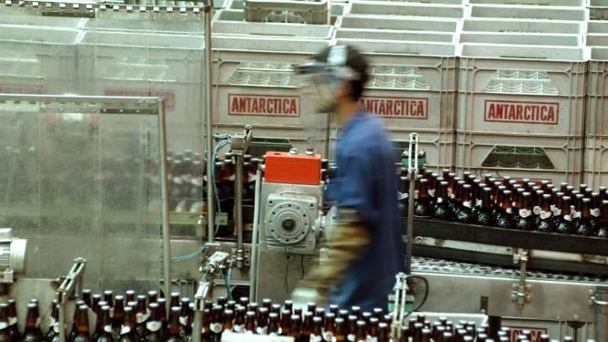 Funcionário na fábrica da Ambev, dona de marcas como Antarctica, Brahma e Skol Foto: Paulo Fridman / Bloomberg News