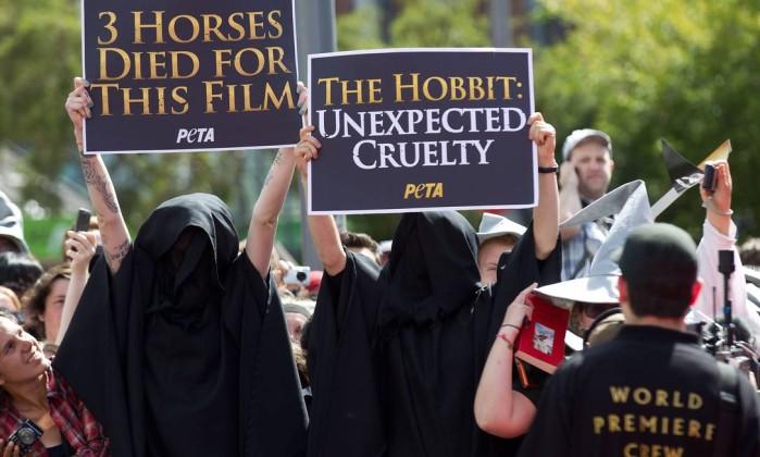 Também houve quem protestasse, por conta das acusações de maus tratos aos animais usados no filme. Cuidadores denunciaram a morte de 27 deles Marty Melville / AFP Photo