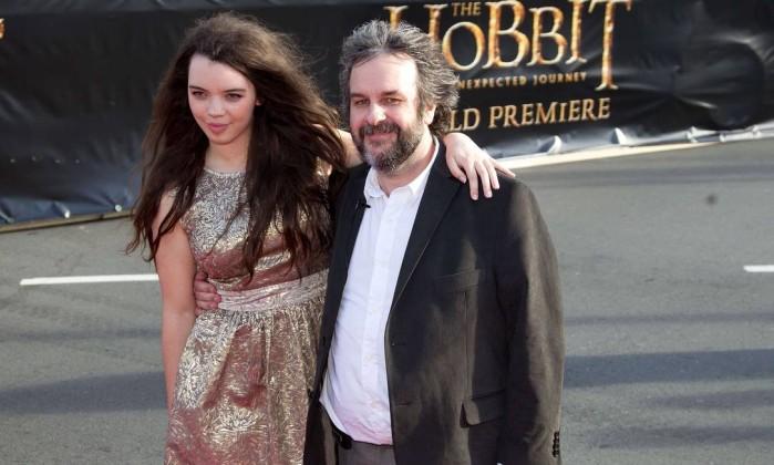 Peter Jackson posa ao lado da filha, Katie, em frente a um banner do filme Marty Melville / AFP Photo