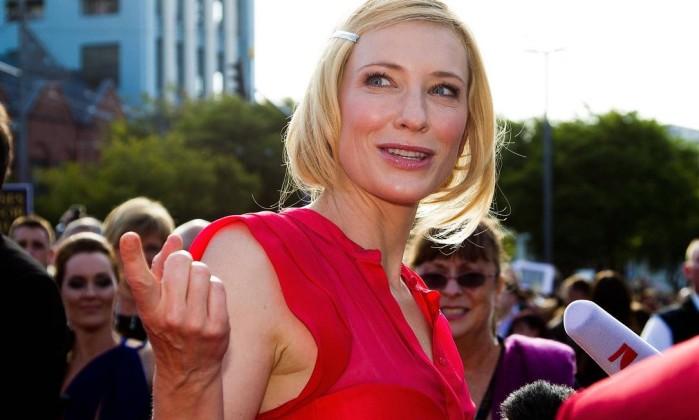 Cate Blanchett, que interpreta Galadriel, fala com repórteres no tapete vermelho Marty Melville / AFP Photo