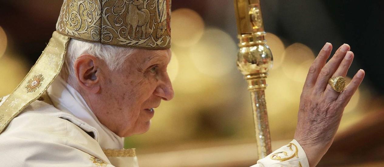 Papa Bento XVI acena ao fim de missa na Basílica de São Pedro, no Vaticano Foto: Tony Gentile / REUTERS
