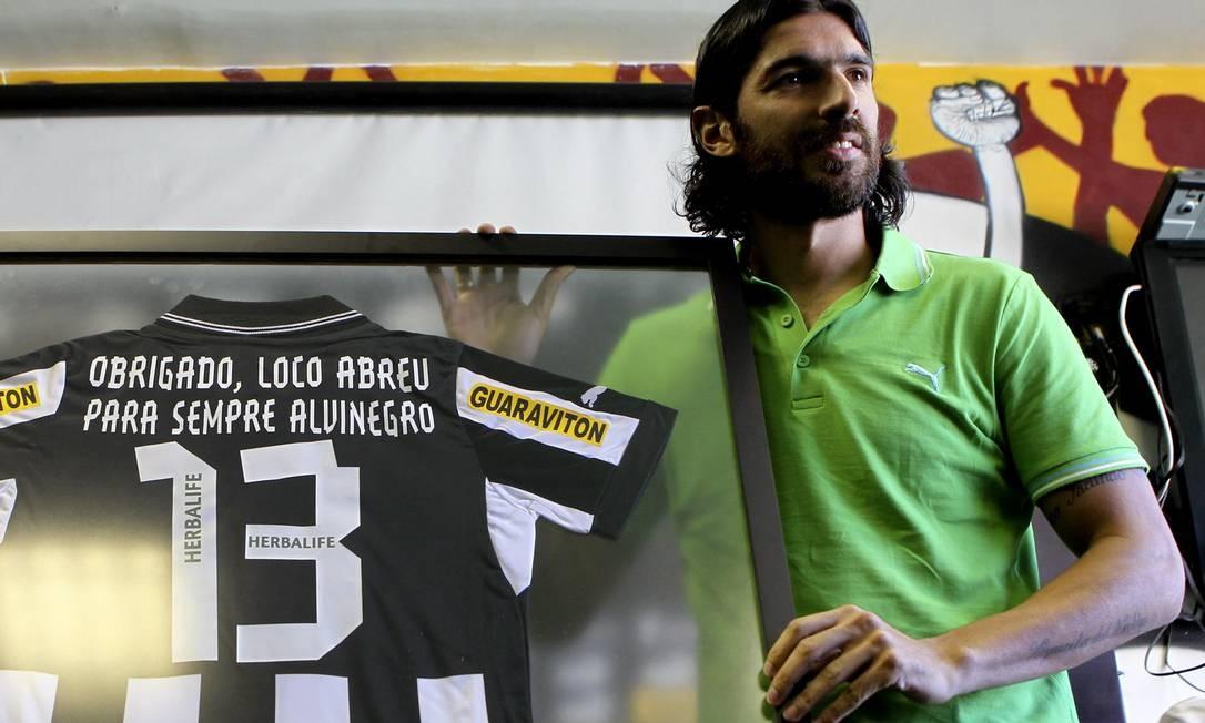 Loco Abreu quando se despediu do Botafogo pela primeira vez, rumo ao Figueirense, em 2012. Atacante negocia retorno ao Nacional, do Uruguai Foto: Alexandre Cassiano / O Globo