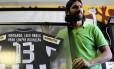 Loco Abreu quando se despediu do Botafogo pela primeira vez, rumo ao Figueirense, em 2012. Atacante negocia retorno ao Nacional, do Uruguai