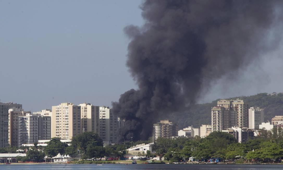 Fumaça no ginásio de ginástica do Flamengo podia ser vista de longe, na Lagoa Foto: Agência O Globo / Márcia Foletto