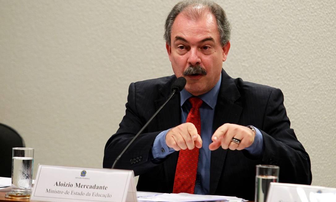 O ministro da Educação, Aloizio Mercadante, durante ao anunciar auditoria no ministério após o indiciamento de dois servidores Foto: Ailton de Freitas / O Globo