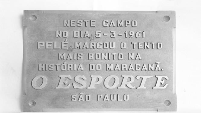 Placa em homenagem a Pelé no Maracanã, ideia do jornalista Joelmir Betting Foto: Arquivo O Globo