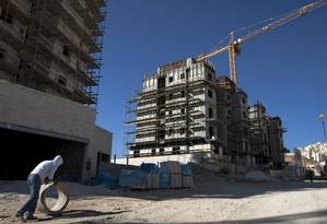 Trabalhador de uma construção em Har Hom, Jerusalém Oriental Foto: AP/Sebastian Scheiner/Arquivo