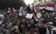 Manifestantes pró-Mursi participam de protesto na Praça Nahdet
