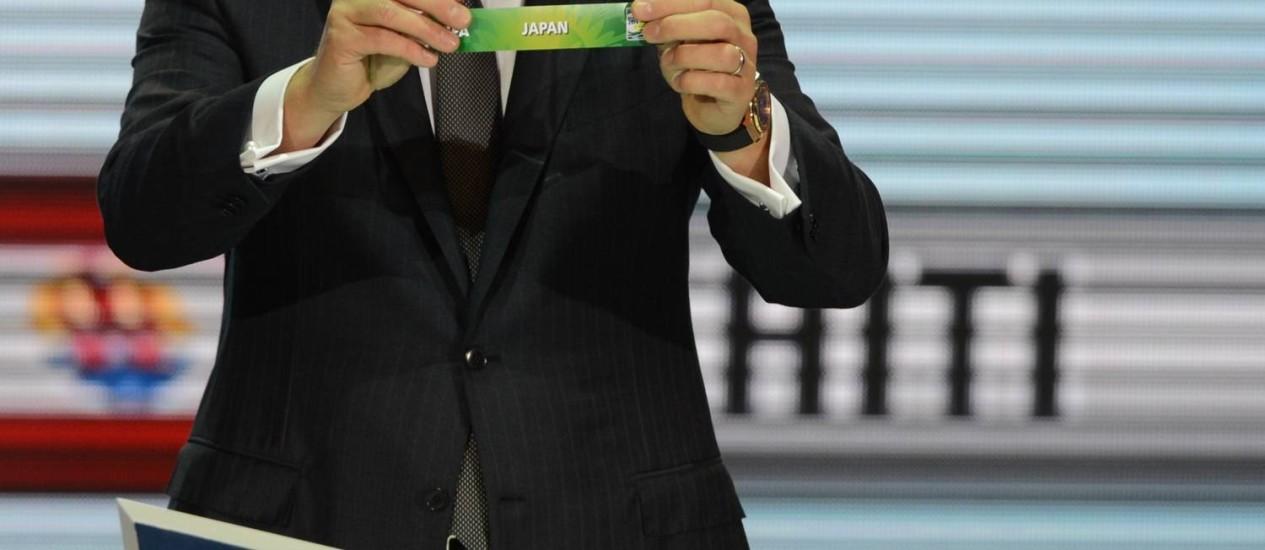 Jérôme Valcke sorteia o Japão, adversário de estreia do Brasil na Copa das Confederações Foto: AFP