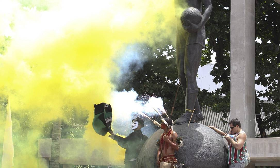 Durante o protesto, os manifestantes utilizaram fumaça colorida em frente ao Maracanã Foto: Alexandre Cassiano / O Globo