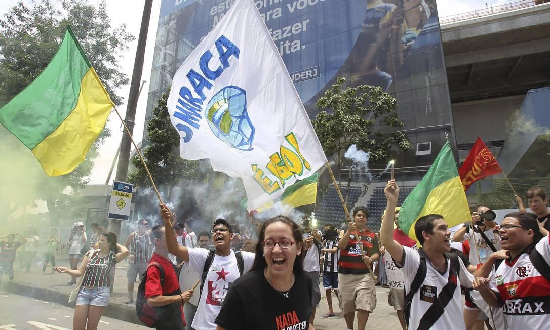 Os manifestantes levaram bandeiras e vestiram as camisas de seus times para o protesto Foto: Alexandre Cassiano / O Globo