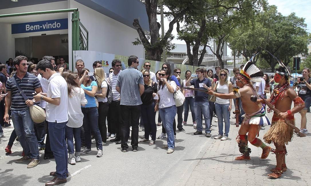 Os índios que participaram da manifestação chamaram a atenção de pessoas que passavam pela região Foto: Alexandre Cassiano / O Globo