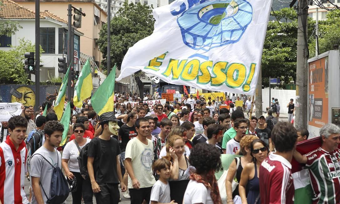 Representantes do Comitê Popular da Copa, do Museu do Índio e pais de alunos da Escola Municipal Friedenreich realizaram um protesto neste sábado contra as demolições previstas para o Complexo Esportivo do Maracanã Foto: Alexandre Cassiano