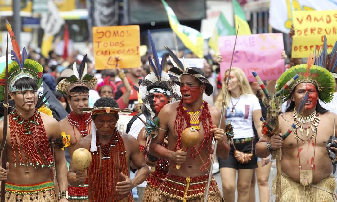 A manifestação teve início às 9h30m deste sábado na Praça Saens Peña e contou com o apoio de índios contrários à derrubada do Museu do Índio Foto: Alexandre Cassiano / O Globo