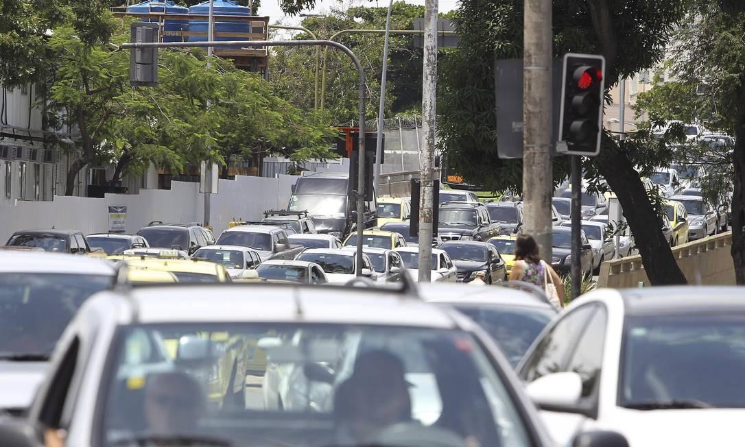 Por conta do protesto, o trânsito ficou intenso nos arredores do Maracanã Foto: Alexandre Cassiano / O Globo