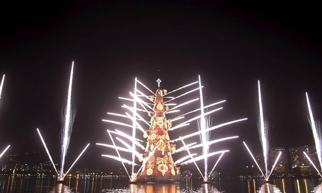 A árvore de Natal da Lagoa Rodrigo de Freitas foi inaugurada por volta das 21h deste sábado. O espetáculo contou com a apresentação de artistas e uma queima de fogos que durou oito minutos Foto: O Globo / Marcelo Carnaval