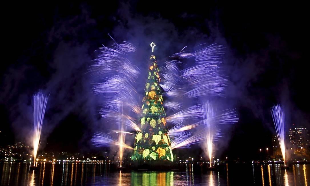 Com 85 metros de altura, a 17ª árvore de Natal da Lagoa conta com mais de 3 milhões de lâmpadas em sua iluminação Foto: O Globo / Marcelo Carnaval