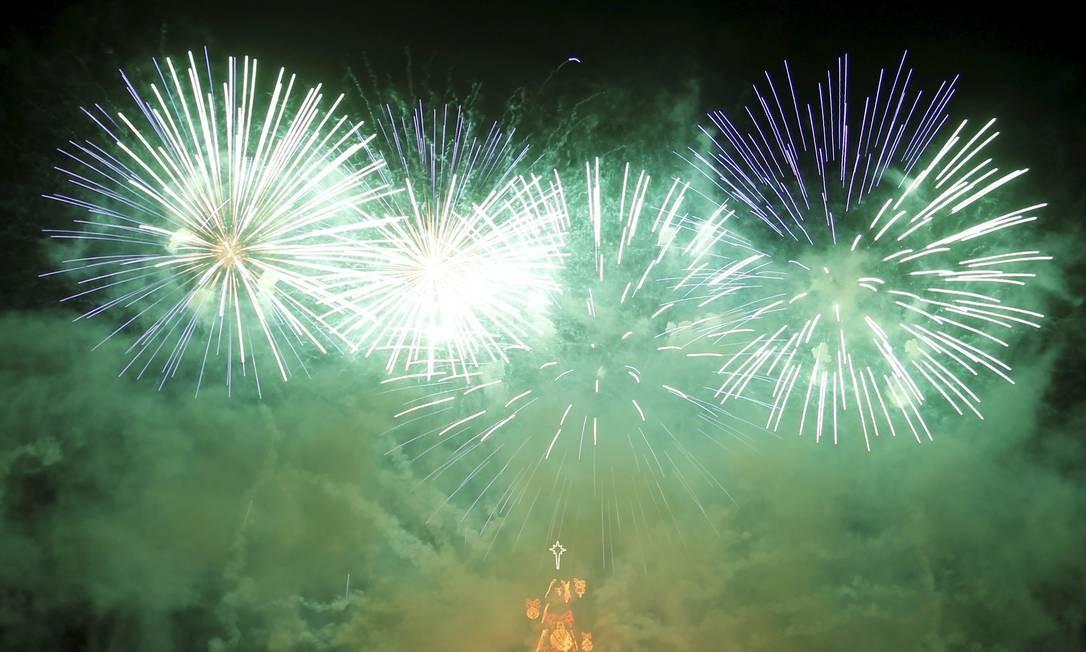 Fogos de artifício explodem sobre a árvore após ela ser acesa. Turistas e moradores de todas as partes do Rio começaram a chegar ao local da festa no início da tarde Foto: O Globo / Marcelo Carnaval