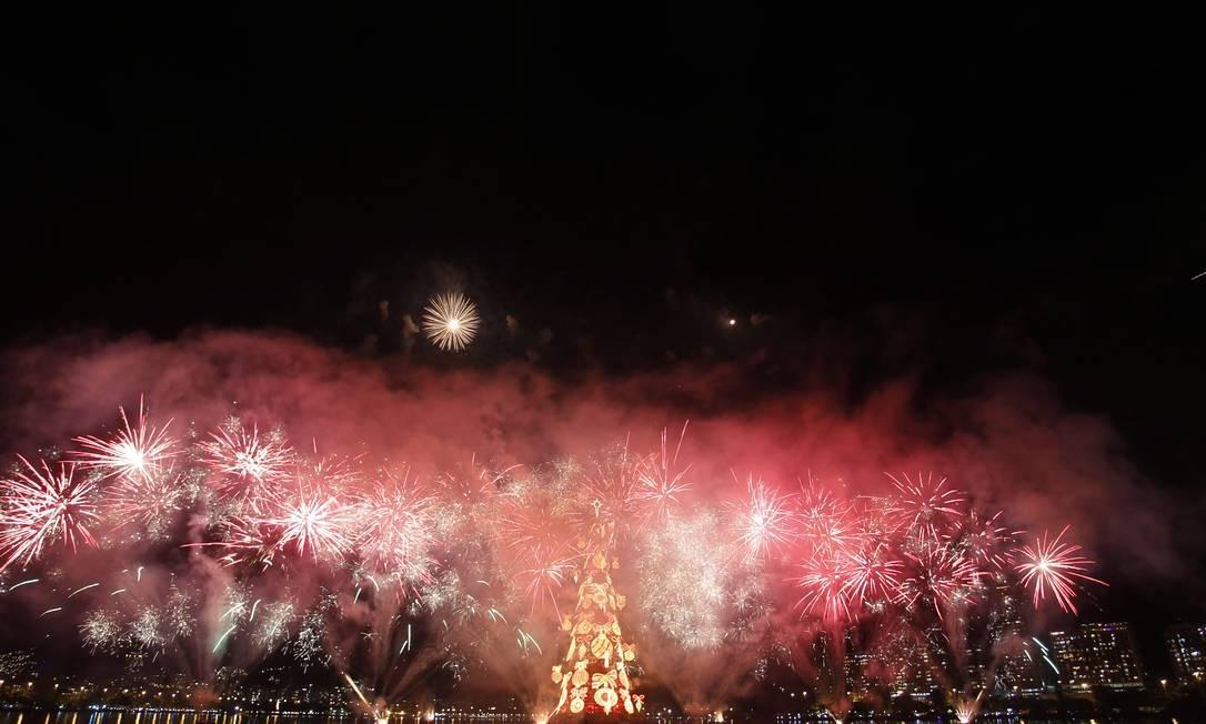 Além da queima de fogos, o espetáculo contou também com apresentações de artistas como Simone, Emílio Santiago, Malu Rodrigues, Miele, Orquestra Sinfônica de Barra Mansa e os Corais da Fundação Bradesco Foto: O Globo / Marcelo Carnaval
