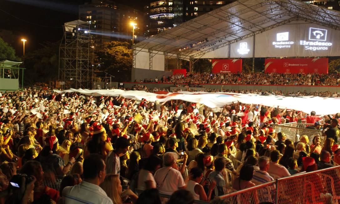 De acordo com a organização do evento, cerca de 200 mil pessoas compareceram ao evento de inauguração da árvore de Natal da Lagoa Foto: Agência O Globo / Marcelo Carnaval