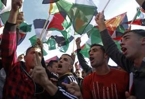 Palestinos celebram a mudança de status na ONU em Ramallah, Cisjordânia Foto: Nasser Shiyoukhi / AP