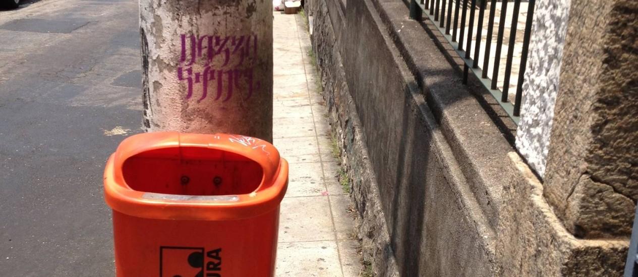 Em Laranjeiras, poste impede pedestres de andar pela calçada na Rua Mario Portela Foto: Foto do leitor Bruno Audi / Eu-Repórter