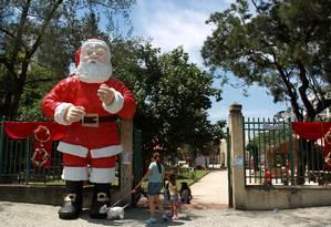 Papai Noel enfeita a entrada do Jardim de Alah, na Zona Sul, para o Festival de Presépios. A exposição, marcada para a noite deste domingo, terá entrada franca Foto: O Globo / Gabriel de Paiva