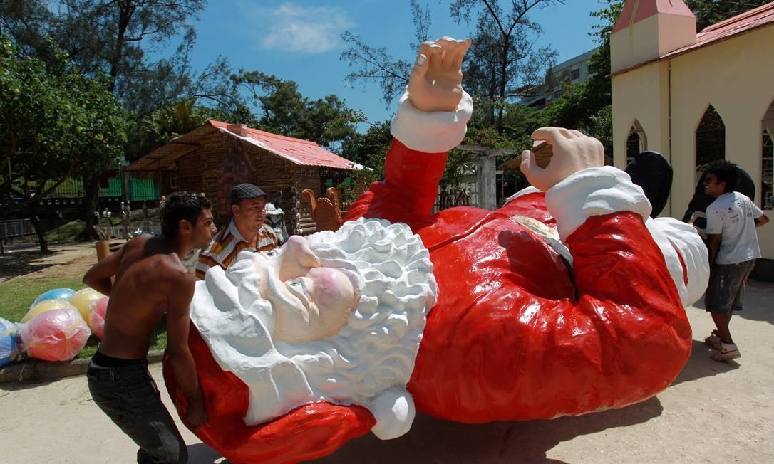 Homens preparam a estátua do Papai Noel para o Festival de Presépios do Jardim de Alah, que será realizado na noite deste domingo com show musical Foto: O Globo / Gabriel de Paiva