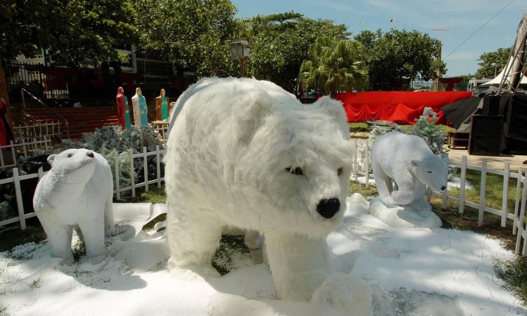 Em um dos presépios, algodão foi usado na confecção de neve falsa e ursos polares. O festival contará com 20 presépios construídos por artistas de todo o Brasil Foto: O Globo / Gabriel de Paiva