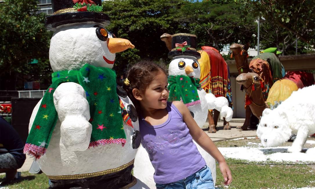 Bonecos de neve falsos fazem a alegria da garotada. Os responsáveis pelos três presépios escolhidos como os mais bonitos, por um júri selecionado, receberão R$ 15 mil, R$ 10 mil e R$ 5 mil Foto: O Globo / Gabriel de Paiva