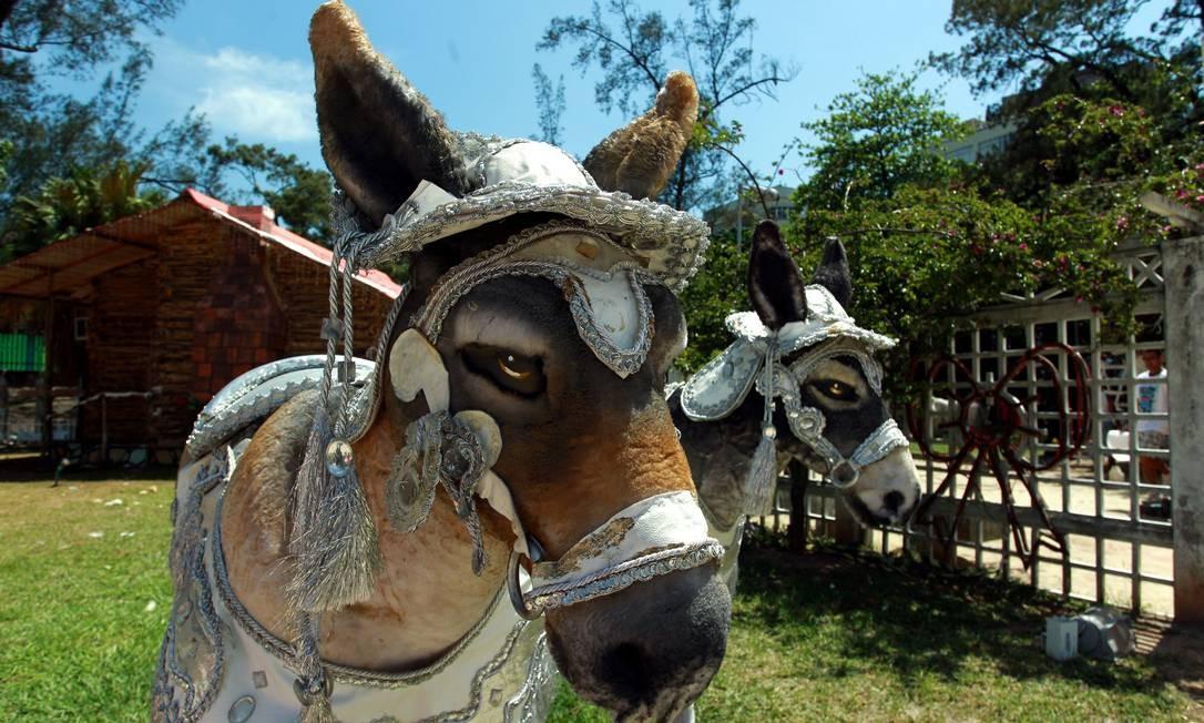 Dois burros enfeitam um dos presépios participantes do festival. O resultado da competição será divulgado uma semana antes do Natal Foto: O Globo / Gabriel de Paiva