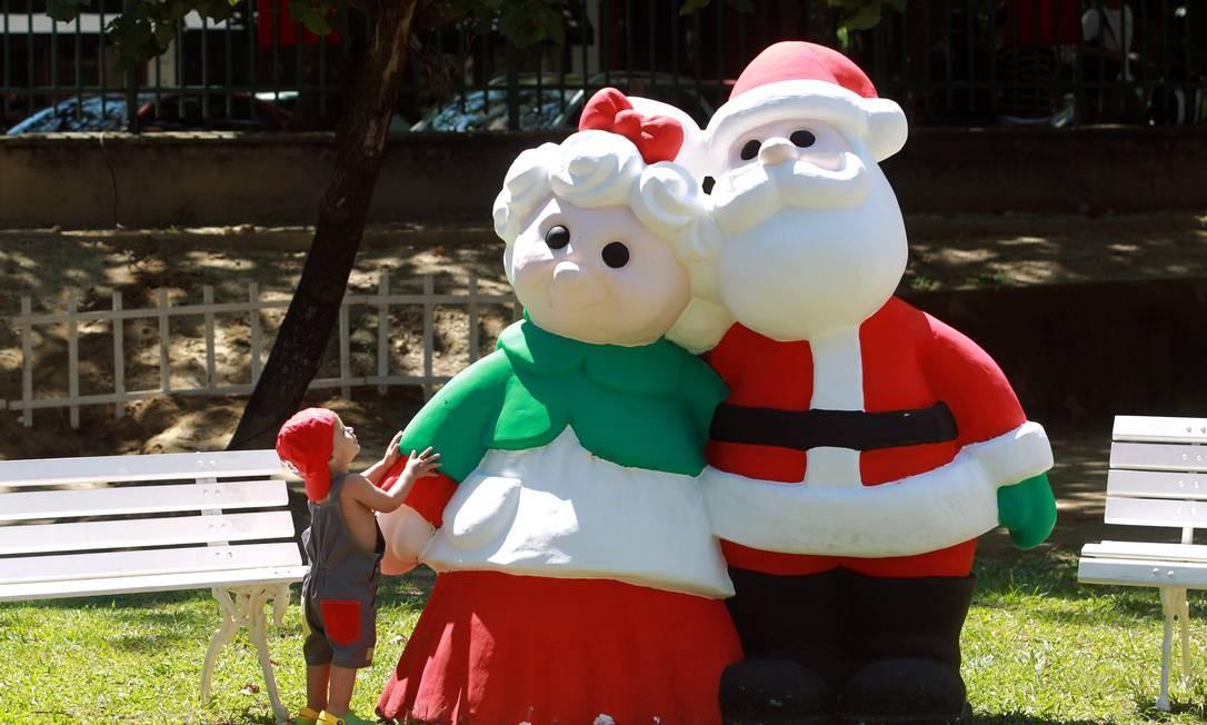 Papai e Mamãe Noel enfeitam um dos presépios participantes do festival. A exposição ficará instalada até o dia de Natal Foto: O Globo / Gabriel de Paiva