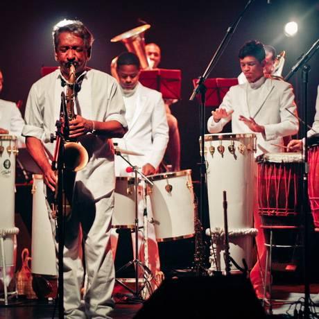 O maestro Letieres Leite e a Orkestra Rumpilezz: excelência Foto: Fernando Eduardo/Crewactive / Divulgação