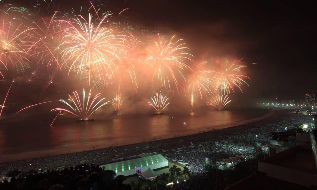 3,2,1... A queima do último réveillon: agora, balsas projetarão luz para a praia Foto: Gabriel de Paiva/1-1-2012 / O Globo