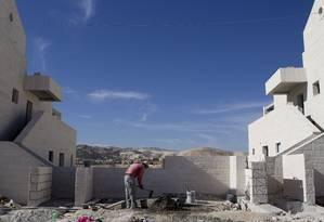 Um palestino trabalha na construção de um Foto: Ariel Schalit / AP