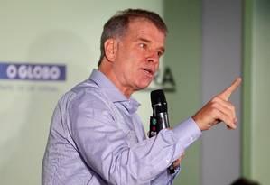 Bernardinho gesticula durante sua palestra no seminário sobre as Olimpíadas de 2016 Foto: Ivo Gonzalez / Agência O Globo